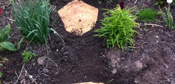 Poligonale Trittsteine im Blumenbeet